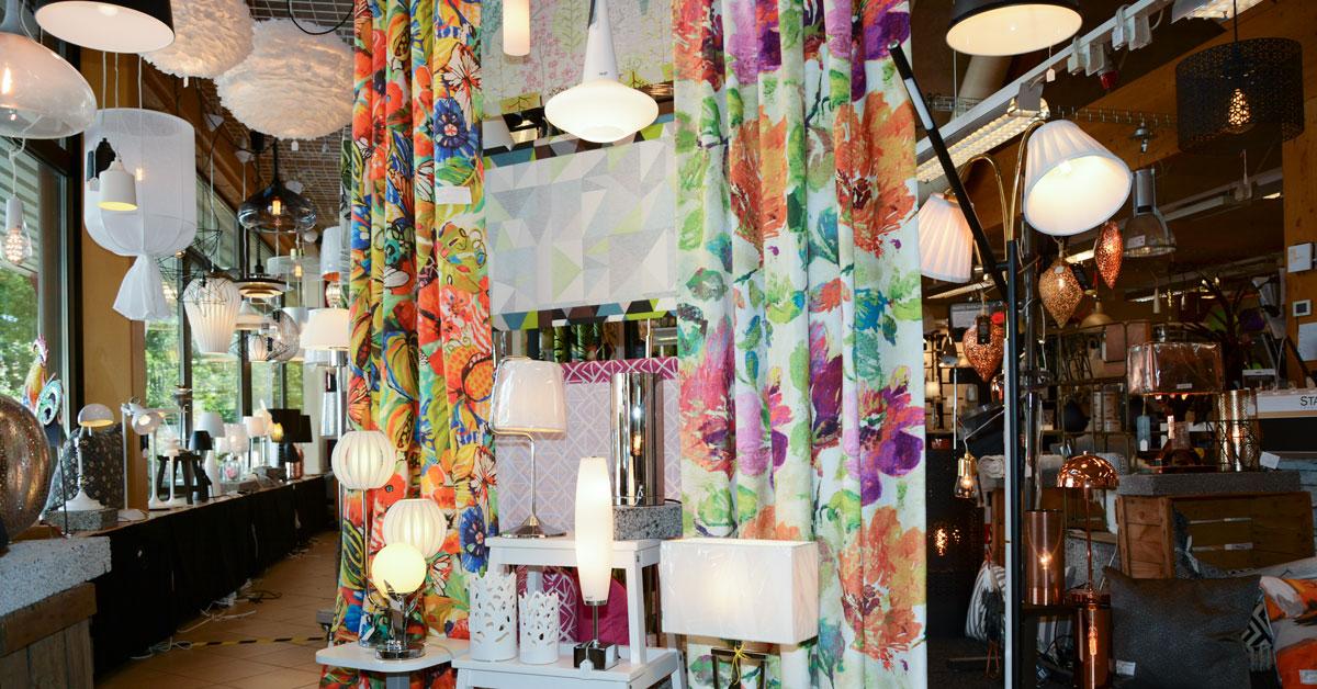 Färgglada gardiner och modern belysning hos Artima Design i Anderstorp